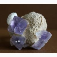Фиолетовые октаэдрические кристаллы флюорита на кварцевой матрице