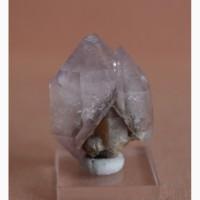 Сросток двух скипетровидных кристаллов аметистовидного кварца