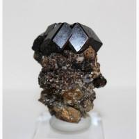 Андрадит (черный гранат), пирит, кальцит в породе