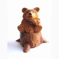 Миниатюрная скульптура из кедра Медведь на пне сосёт лапу
