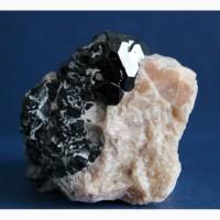 Шпинель черная (плеонаст), диопсид в кальците