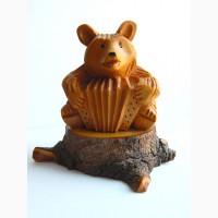 Миниатюрная скульптура из кедра Медведь на пне с гармошкой