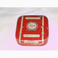 Английская жестяная коробочка размером 6, 5х6, 5 см красного цвета