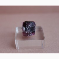 Турмалин розово-пурпурного цвета, цельный кристалл
