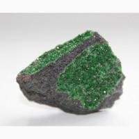 Уваровит, кристаллы на хромите (небольшой образец)