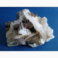 Кристаллы титанита (сфена), кальцита на хлоритовом сланце
