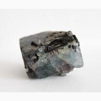 Кристаллы черного турмалина (шерла) в кубическом кристалле флюорита