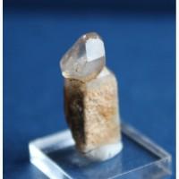 Скипетровидный кристалл бесцветного кварца на дымчатом кварце