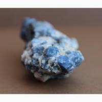 Корунд синий в пегматите