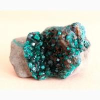 Диоптаз, кристаллы в породе