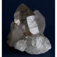 Друза кварца с кристаллами желтого кальцита (скаленоэдры)