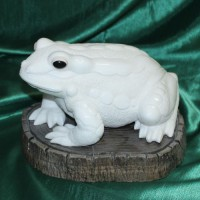 Эксклюзивный подарок авторская работа лягушка ВАСИЛИСА из натурального камня ангидрит