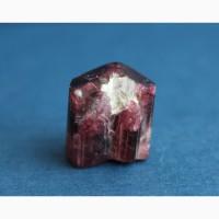 Турмалин: цельный кристалл пурпурного цвета