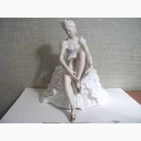 Антикварная винтажная статуэтка «Балерина, завязывающая пуанты»