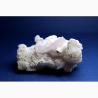Кальцит, лепестковые розовые кристаллы на белом кальците