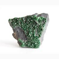 Уваровит, щетка кристаллов на хромите 7