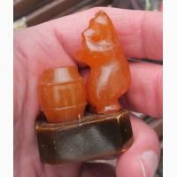 Янтарная статуэтка Медведь с бочкой меда, янтарь