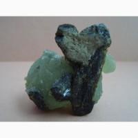 Пренит: несколько сферолитов пренита с эпидотом