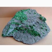Крупные кристаллы уваровита, титанит на хромите