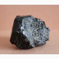 Черная шпинель, фрагмент очень крупного кристалла