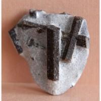 Ставролит, двойниковый кристалл (Прямой крест) и одиночные кристаллы в слюдистом сланце