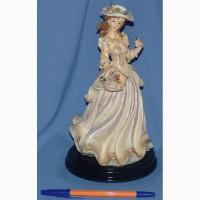 Статуэтка Дама в шляпе на деревянной подставке