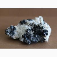 Ильваит, кварц, друза кристаллов