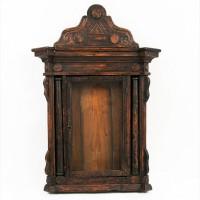 Старинный резной киот для иконы украшенный колоннами. Русский Север, середина XIX века
