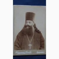 Кабинетный портрет соборного протоиерея в рясе с наградным крестом. Россия, нач. 1900-х гг