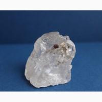 Сросток двух кристаллов горного хрусталя с пиритом между ними