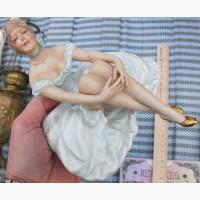 Фарфоровая статуэтка Девушка в платье сидящая, немецкий фарфор Валлендор, Германия