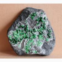 Уваровит, щетка крупных кристаллов на хромите