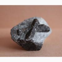Ставролит, двойниковый (Косой крест) и одиночный кристаллы в слюдистом сланце