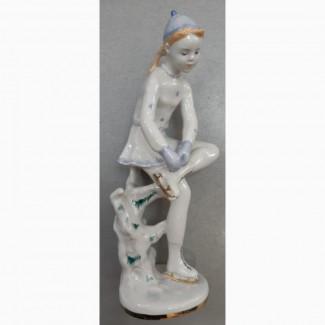 Фарфоровая статуэтка Девочка с коньками, фарфор ЛФЗ, 1950е годы