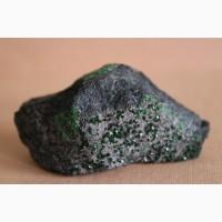 Уваровит, кристаллы на хромите