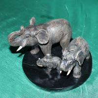 Продам авторскую работу из натурального камня кальцит Семья слонов