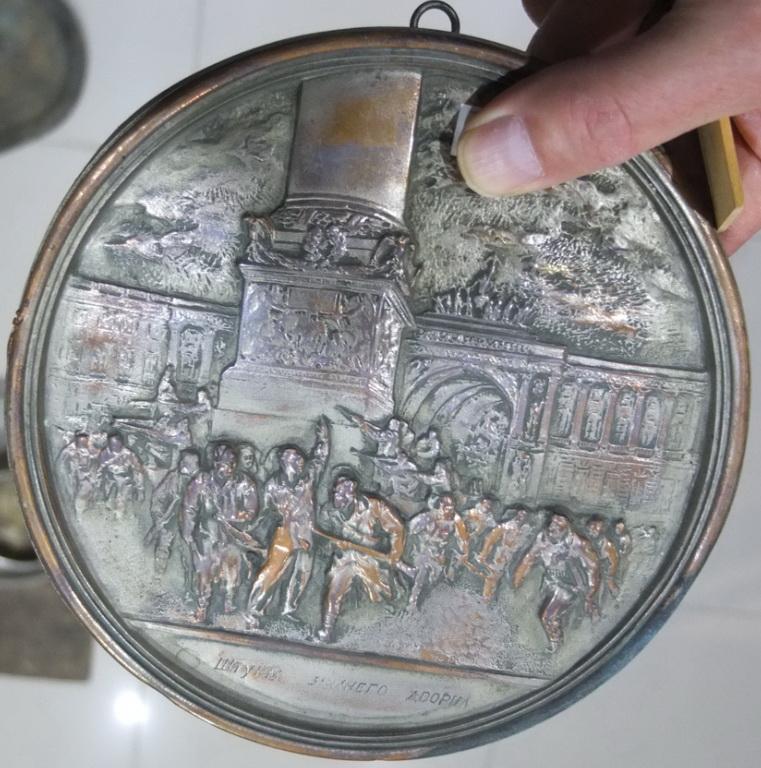 Фото 2. Настенная плакета Штурм Зимнего дворца, латунь, серебрение, ранний СССР