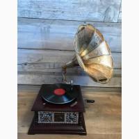 Граммофон с инкрустацией камнями с латунной трубой